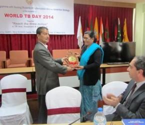 Dr. Kashi Kant Jha, Director, STAC awarding souvenir to Participating Nursing College